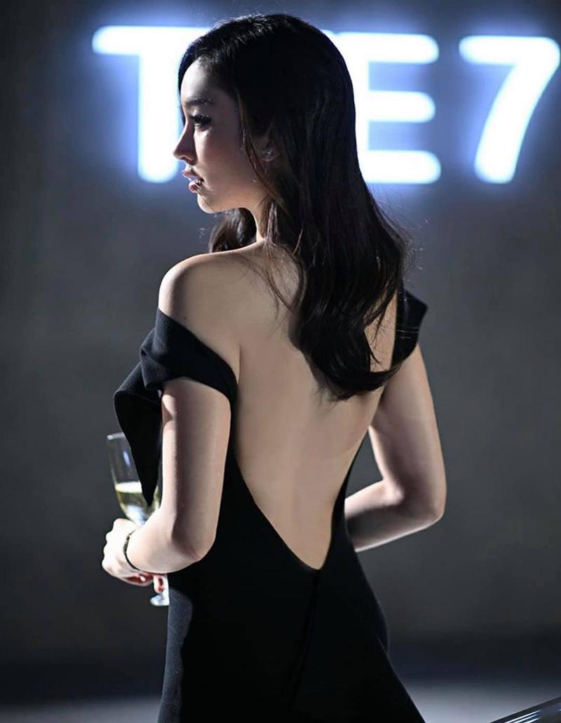 Nong Poy chuộng đầm khoét lưng, ôm sát. Cô thường xuyên làm gương mặt trang bìa các tạp chí thời trang hàng đầu Thái Lan.