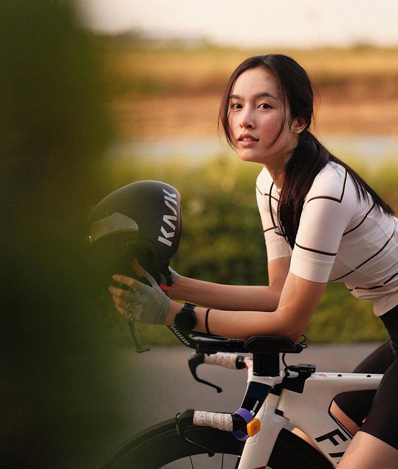 Trên trang cá nhân, Nong Poy cho biết cô nghiện đạp xe, thường cùng bạn rèn thể lực ở ngoại cô hay cung đường dọc bờ biển.