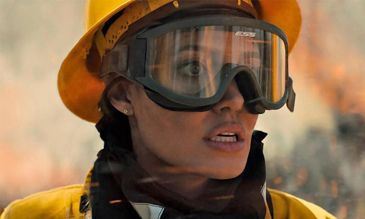 Angelina Jolie trở lại màn ảnh rộng với vai lính cứu hỏa trong phim Those Who Wish Me Dead trong tháng 5. Ảnh: Warner Bros.