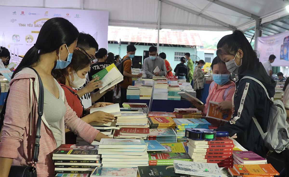 Nhiều bạn trẻ tham gia Hội sách xuyên Việt, sự kiện diễn ra từ ngày 21 đến 25/4 tại sân vận động Hoa Lư. Ảnh: Thanh Tuyền.