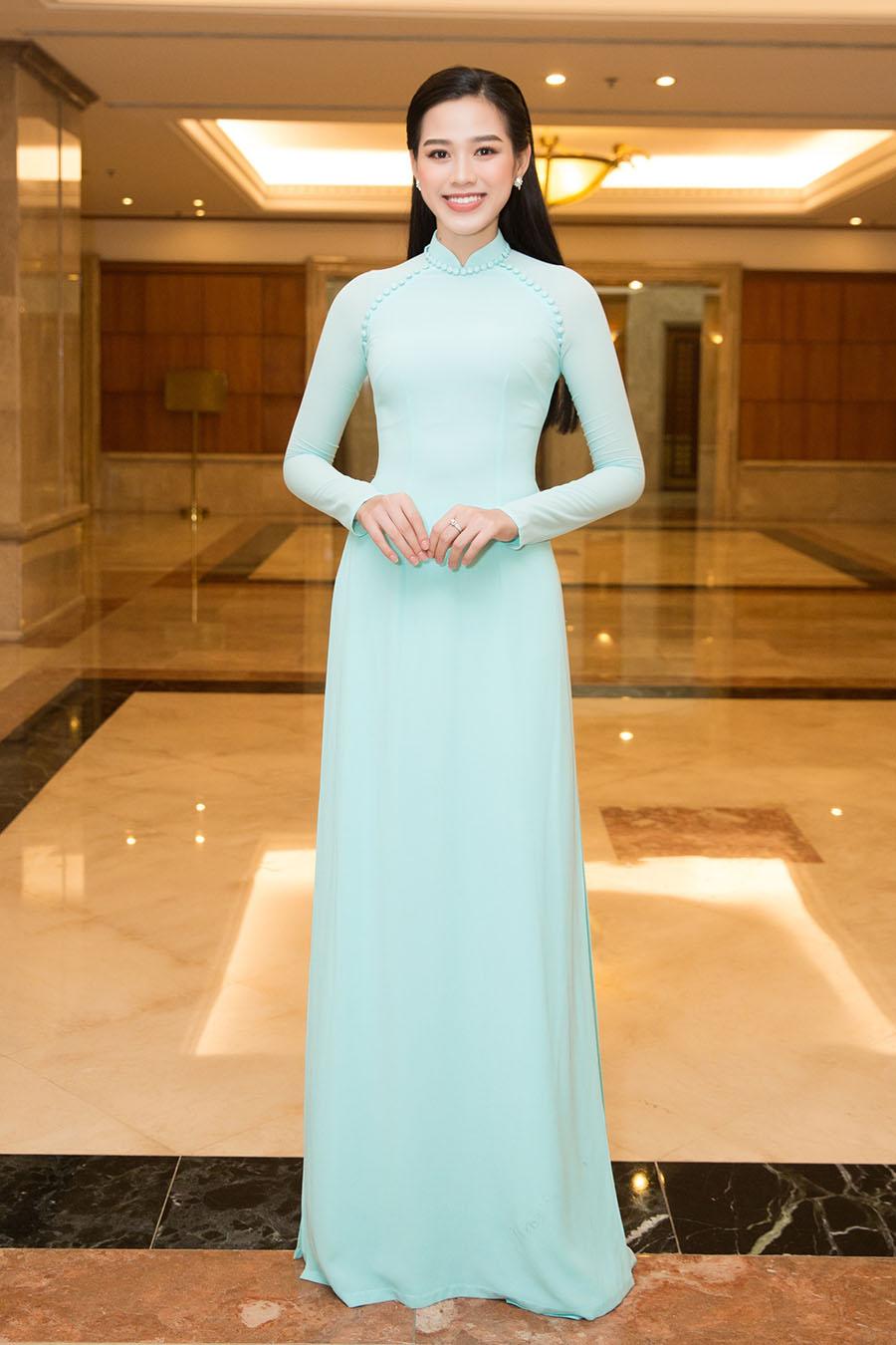 Hoa hậu Đỗ Thị Hà trở thành chủ tịch danh dự trẻ nhất CLB Suối mát từ tâm. Ảnh: Sen Vàng.