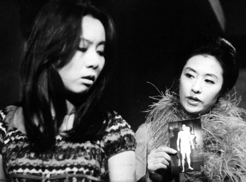 Youn Yuh Jung (trái) khiến giới phê bình bất ngờ trong phim Woman of Fire (1971). Ảnh: Hancinema.
