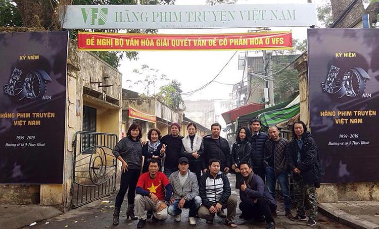 Các nghệ sĩ giăng nhiều khẩu hiệu ở trụ sở xưởng phim tại số 4, Thuỵ Khuê, Hà Nội hồi tháng 12/2019. Ảnh: VFS.