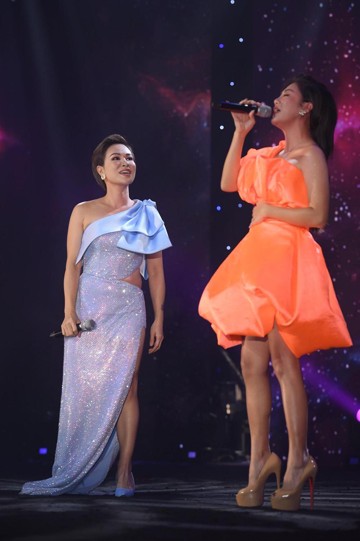 Uyên Linh, Văn Mai Hương hát trong đêm nhạc do bà Đỗ Thị Kim Liên - Lãnh sự Danh dự Cộng hòa Nam Phi tại TP HCM - tổ chức. Ảnh: Thanh Huy.