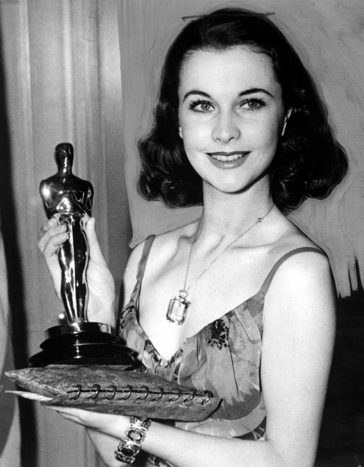 Oscar 2021 đang hoàn tất những khâu cuối cùng cho lễ trao giải diễn ra vào ngày 25/4 tại Mỹ. Trong hơn 90 năm qua, sự kiện là nơi hội tụ của những bộ đầm kinh điển, trang sức quý giá, trong đó có thiết kế của Van Cleef & Arpel dành cho nữ diễn viên Vivien Leigh năm 1940. Dây chuyền với mặt đá màu xanh lam là món quà của chồng cô - tài tử Laurence Olivier - sau khi cô hoàn tất vai diễn trong Cuốn theo chiều gió. Ảnh: Tài liệu.