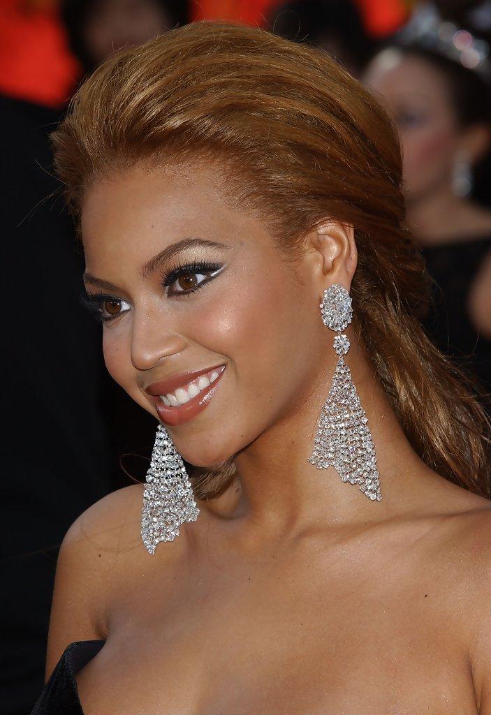 Beyoncé giúp khuôn mặt thêm rạng ngời bằng khuyên tai lưới kim cương bản lớn của Lorraine Schwartz năm 2005. Ảnh: Stylebistro.