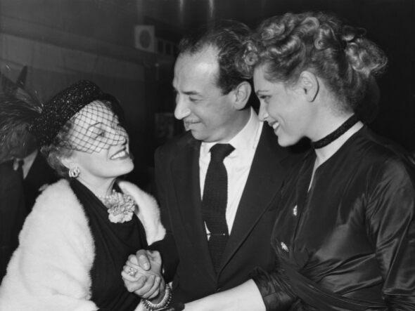 Năm 1951, diễn viên Gloria Swanson (trái) đeo bộ vòng tay kim cương của Cartier với trang phục mang phong cách quý tộc. Theo Vouge, bộ vòng được đánh giá cao bởi vẻ độc đáo với kích thước lớn, tốn nhiều vàng và kim cương khi chế tác. Ảnh: Tài liệu.