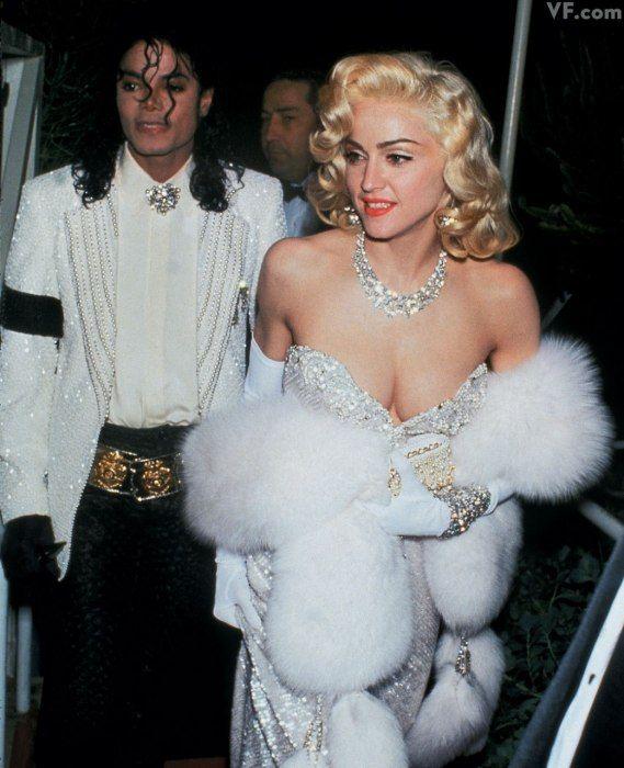 Madonna đến dự lễ trao giải Oscar năm 1991 với vòng cổ kim cương hơn 20 triệu USD của nhà chế tác Harry Winston. Diện mạo của nữ ca sĩ được lấy cảm hứng từ huyền thoại Marilyn Monroe và ca khúc nổi tiếng của cô Diamonds Are a Girls Best Friend.
