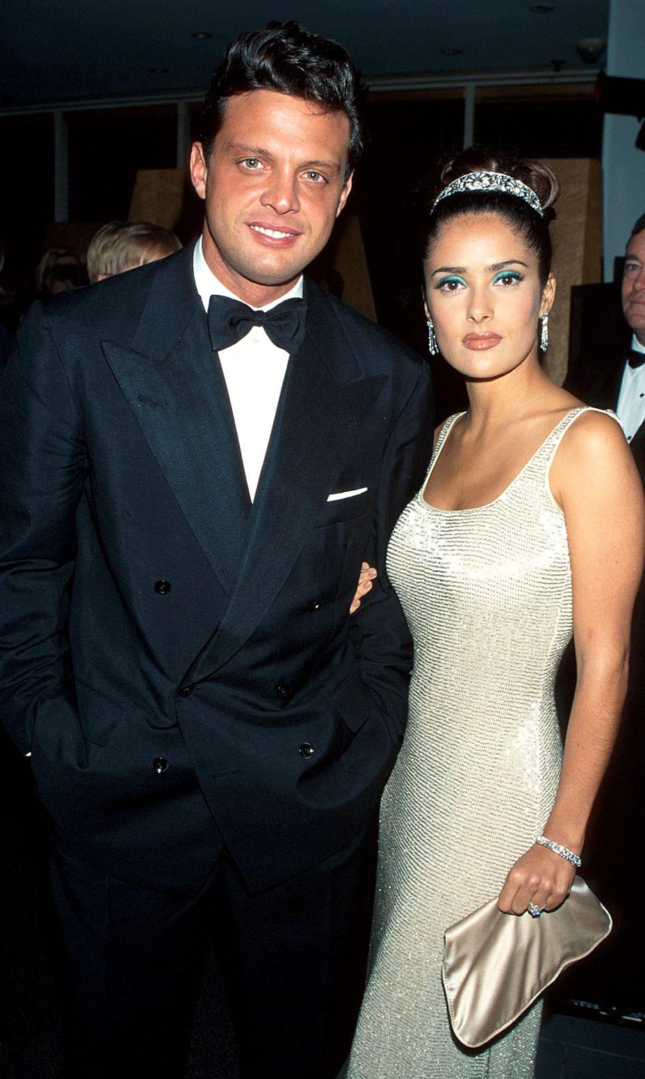 Năm 1997, Salma Hayek đội vương miện kim cương đắt giá của Cartier. Trong một buổi trò chuyện với Vogue đầu năm nay, cô cho biết: Lúc đó mọi người đều nói tôi điên rồ và lố bịch khi đội vương miện đến dự Oscar. Nhưng bạn biết chuyện gì đã xảy ra không? Mọi người bắt đầu đội vương miện kể từ sau đó. Ảnh: WireImage.