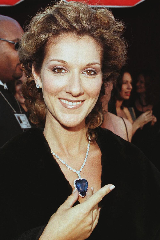 Năm 1998, Celine Dion gây chú ý khi đeo dây chuyền bạch kim với viên đá sapphire Ceylon 171 carat và 103 viên kim cương của Asprey & Garrard. Thiết kế mô phỏng chiếc vòng cổ nổi tiếng đắt giá Heart of the Ocean (Trái tim của đại dương) trong phim Titanic. Ảnh: AP.