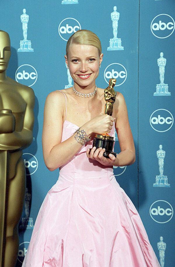 Năm 1999, Gwyneth Paltrow vào nhóm sao mặc đẹp với đầm hồng của Ralph Lauren cùng vòng choker kim cương do Harry Winston chế tác. Hầu hết đồ trang sức dùng trong Oscar đều được trả lại cho các thương hiệu. Nhưng cha của Paltrow đã quyết định mua nó làm quà kỷ niệm cho con gái khi cô giành giải Nữ diễn viên chính xuất sắc cho Shakespeare in Love năm đó.