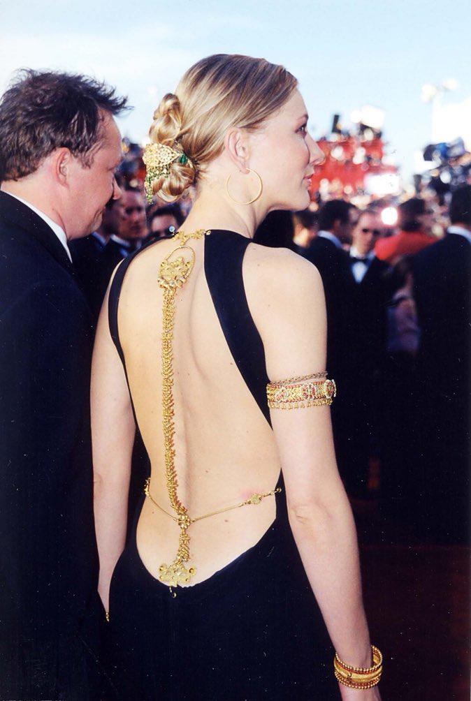 Ở lễ trao giải năm 2000, Vogue cho rằng Cate Blanchett ghi điểm bằng sự kết hợp hoàn hảo giữa đầm đen của Jean Paul Gaultier và bộ trang sức cơ thể kèm vòng tay bằng vàng của Cynthia Bach. Thiết kế lấy cảm hứng từ trang sức truyền thống của Ấn Độ, giúp nữ diễn viên tạo điểm nhấn cho khoảng hở sau lưng. Ảnh: Twitter Eden.