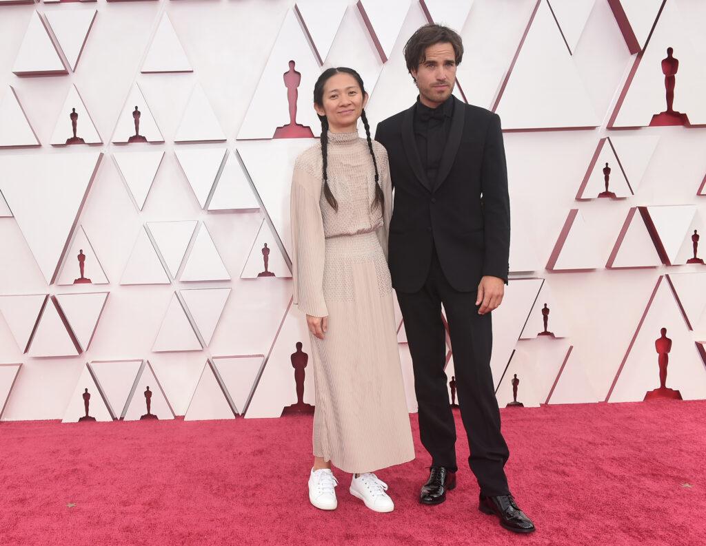 Chloé Zhao và bạn trai trên thảm đỏ Oscar. Ảnh: ABC.