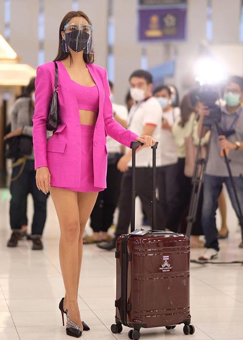 Đến sân bay, Obdam diện cây hồng gồm quần short cùng áo crop-top, phối cùng blazer của hãng Milin. Cô phối cùng giày cao gót của Christian Louboutin và túi hiệu Prada.