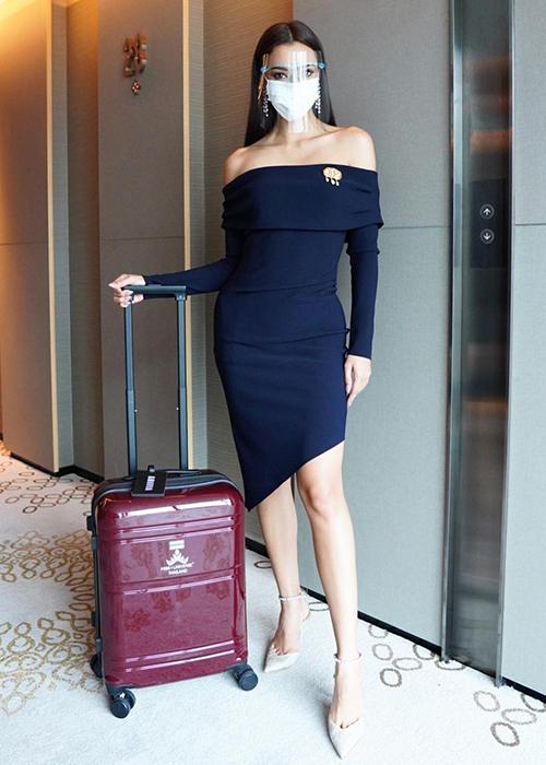 Amanda Obdam khởi hành từ Thái Lan hôm 28/4, diện đầm của thương hiệu Bec + Bridge, phối cùng trang sức