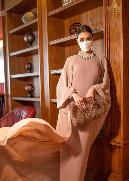 Tại trạm trung chuyển ở Istanbul, Thổ Nhĩ Kỳ, Obdam chọn váy lụa của hãng Asava, phối cùng dây chuyền của Givenchy, túi lông thú của D&G.