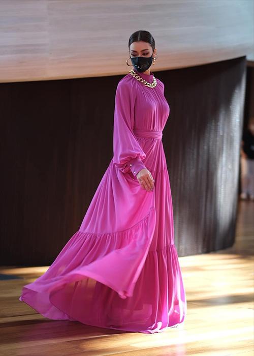Người đẹp Thái Lan diện váy hồng của Avasa trước khi lên máy bay tiếp tục hành trình đến Mỹ. Cô phối cùng trang sức của hãng Pun và túi