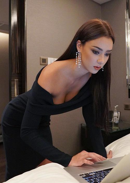 Người đẹp tranh thủ kiểm tra email, công việc trước khi khởi hành.