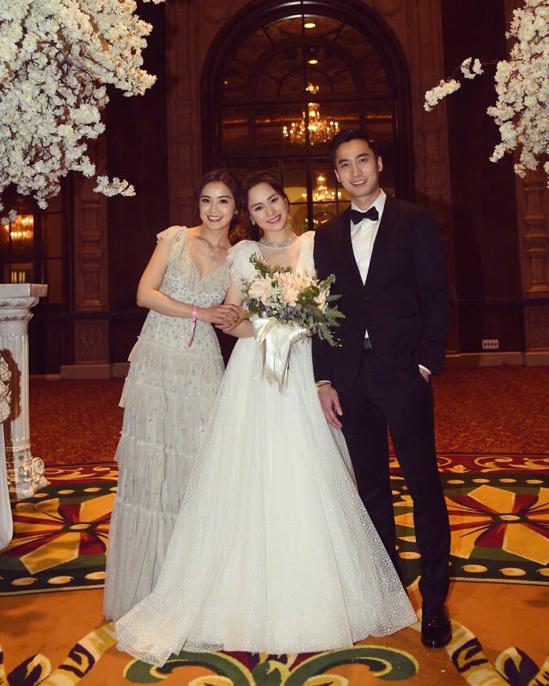 Trác Nghiên (trái) làm phù dâu cho Hân Đồng ngày cưới Lại Hoằng Quốc. Ảnh: Sina.