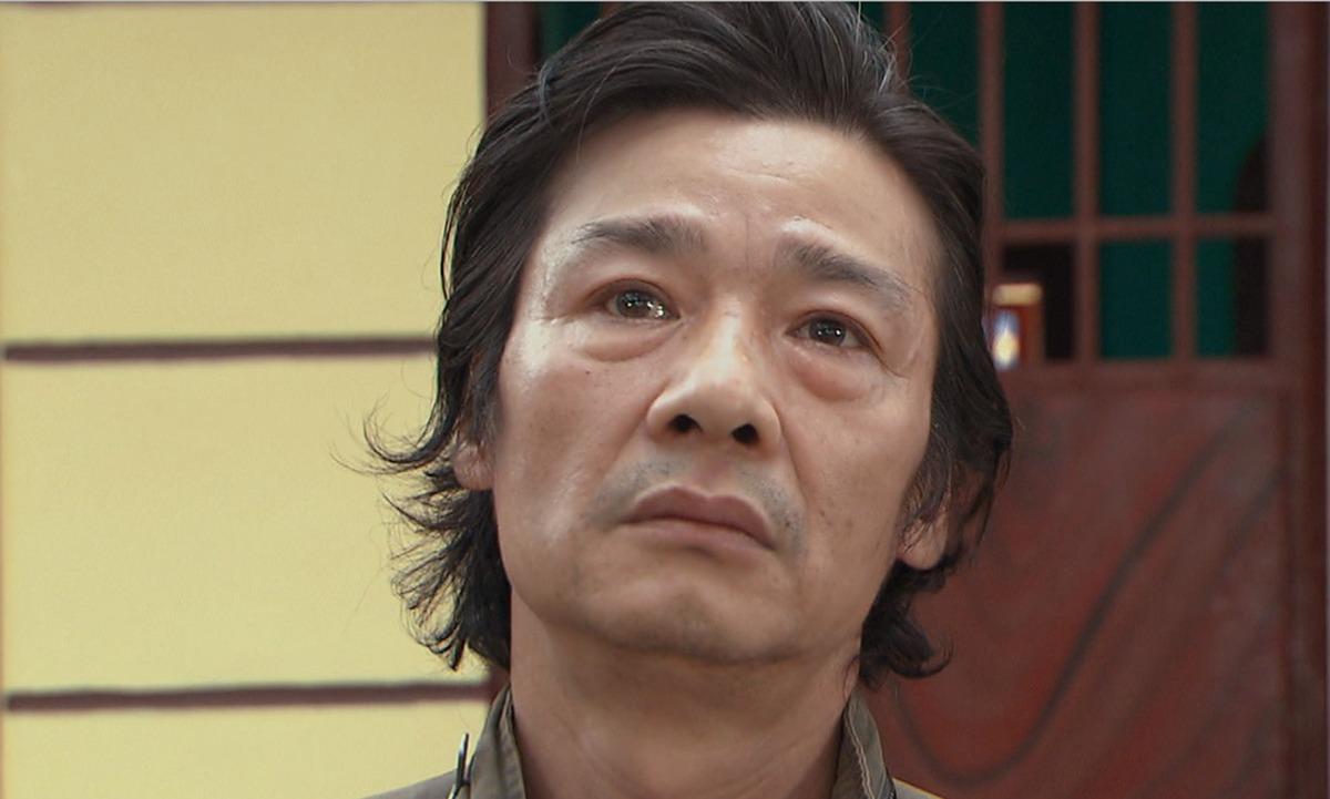Nhân vật ông Sinh khóc khi ra tù. Ảnh: VFC.