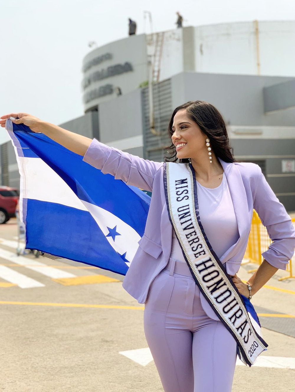 Người đẹp Honduras - Cecilia Rossell phối bộ vest màu tím pastel.