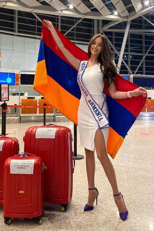 Hoa hậu Armenia - Monika Grigoryan phối đầm ôm dáng với giày cao gót quai đeo.