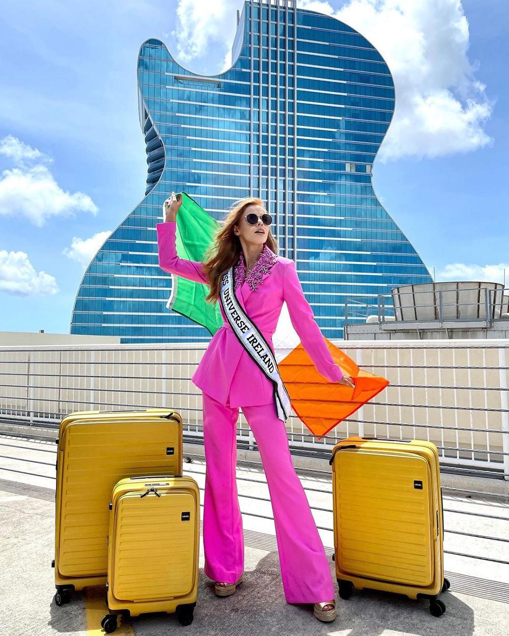Người đẹp Ireland - Nadia Sayers - chọn phong cách menswear với mốt áo vest, quần ống loe theo thời trang đơn sắc.