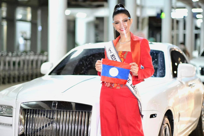 Người đẹp Lào Christina Lasasimma theo mốt khẩu trang trong suốt.  Cô là người mẫu hàng đầu tại Lào, thường xuyên catwalk ở các sự kiện thời trang. Trên fanpage cuộc thi Miss Universe Lào, nhiều khán giả khen cô xinh đẹp, gợi cảm, kỳ vọng cô vào top 10.