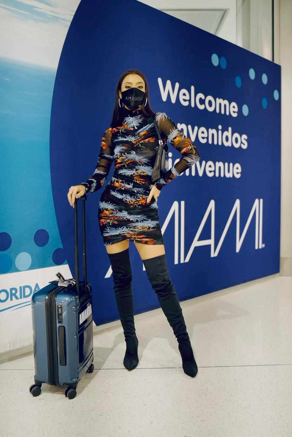 Hoa hậu Thái - Amanda Obdam đến Mỹ từ cuối tháng 4. Cô 28 tuổi, đăng quang Miss Universe Thailand 2020 và giành suất thi quốc tế. Cô cao 1,7 m, nặng 50 kg, hiện làm người mẫu. Đại diện Việt Nam - Hoa hậu Khánh Vân - sẽ lên đường hôm 2/5. Miss Universe 2020 kéo dài khoảng 12 ngày, chung kết diễn ra tối 16/5 tại một khách sạn ở Hollywood, Florida. Ban tổ chức không yêu cầu thí sinh cách ly 14 ngày. Thay vào đó, các người đẹp phải trải qua nhiều vòng xét nghiệm trước khi tham gia các phần thi phụ.