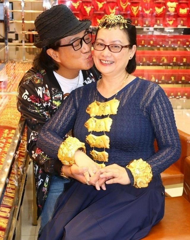 Lỗ Chấn Thuận và bạn gái kém sáu tuổi tại tiệm vàng. Ảnh: HK01.