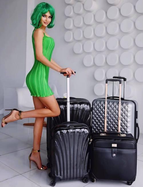 Alina Sanko diện cây xanh lá cây khi lên đường đến Mỹ thi Miss Universe 2020. Ảnh: Alina Sanko Instagram.