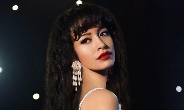 Diễn viên Christian Serratos hóa thân danh ca Selena trong phim. Ảnh: Netflix.