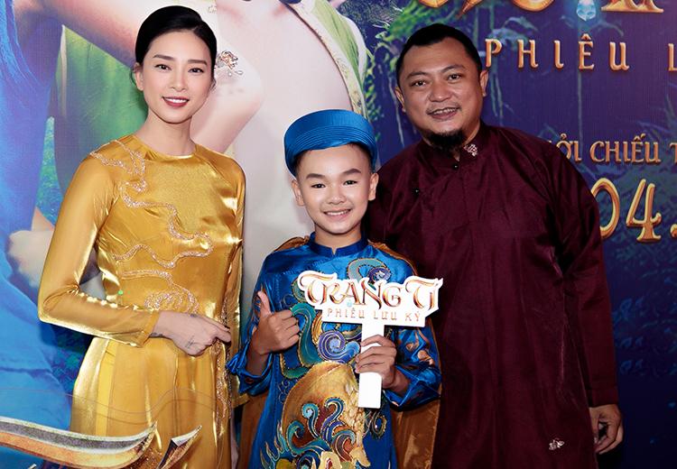 Ngô Thanh Vân, đạo diễn Phan Gia Nhật Linh và Hữu Khang - diễn viên đóng Tí trong phim Trạng Tí khi ra mắt hôm 28/4. Ảnh: Studio68.