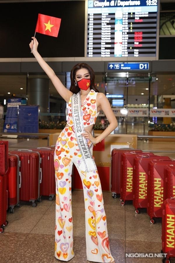 Khánh Vân hạ cánh tại sân bay Houston, Mỹ sáng 4/5 (giờ Việt Nam), chờ máy bay đến Florida - địa điểm tổ chức cuộc thi. Suốt chặng bay, Khánh Vân luôn mặc trang phục bảo hộ. Khi đến nơi, hoa hậu diện váy trắng, vẽ cờ Việt Nam - Mỹ mang thông điệp tình hữu nghị khi đến với Miss Universe. Ảnh: Bảo Hoàng.