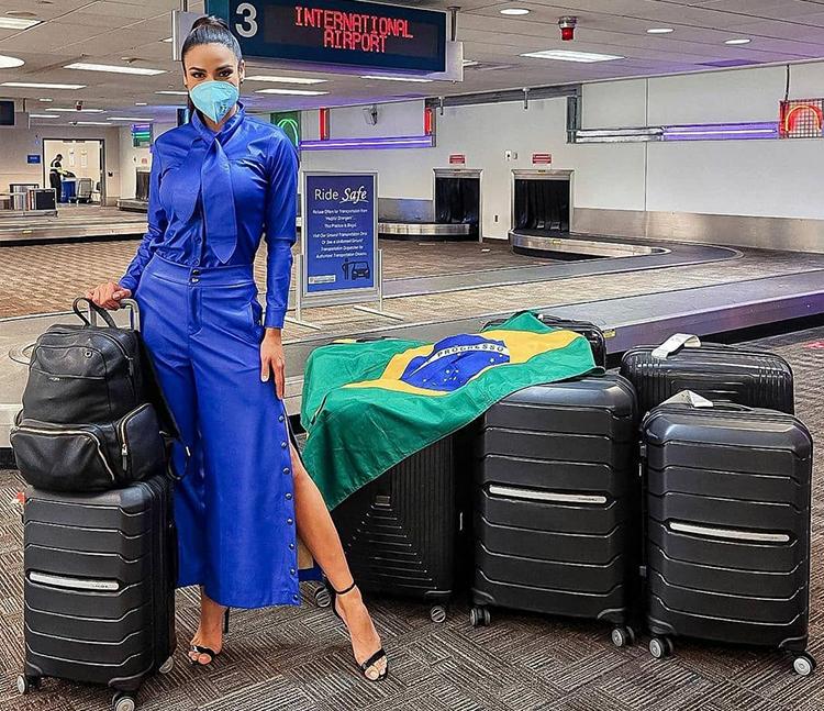 Júlia Gama - hoa hậu Brazil - khoe hành lý tại sân bay. Ảnh: Júlia Gama Instagram.