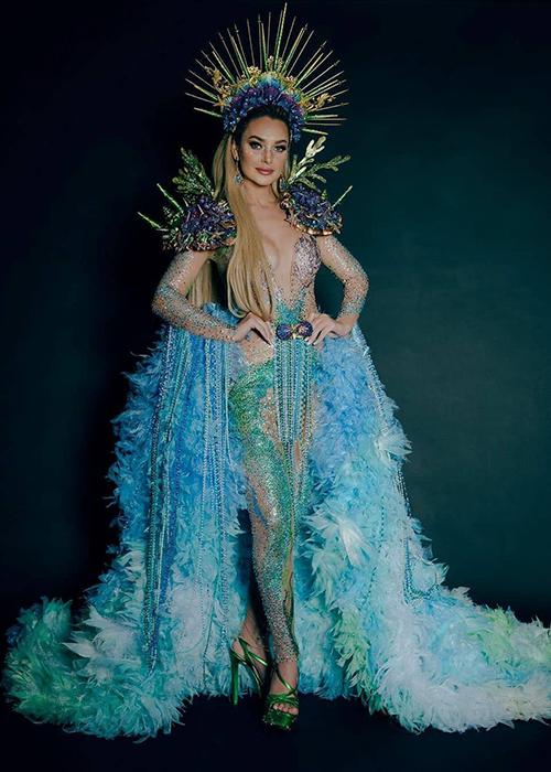 Hoa hậu Chile Daniela Nicolás cho biết sẽ mang 70 bộ trang phục đến Miss Universe. Trên trang cá nhân, người đẹp cũng tiết lộ trang phục dân tộc dự kiến tranh tài tại cuộc thi.