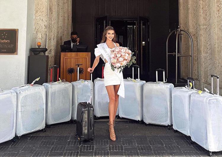 Hoa hậu Nga Alina Sanko chụp ảnh cùng hàng loạt vali trước khi nhận phòng khách sạn tại Florida, chuẩn bị cho cuộc thi.