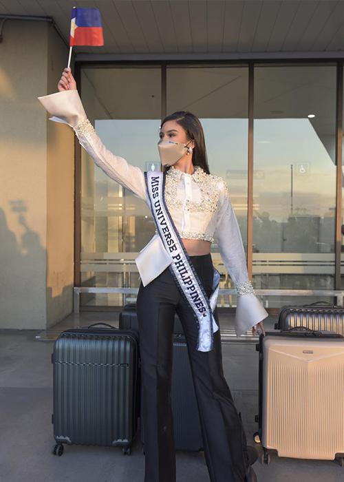 Rabiya Mateo - đại diện Philippines - mang theo 15 va li hành lý khi đến Mỹ. Theo tờ Maharlika, êkíp cho biết cô mang theo trang phục của 100 nhà thiết kế Philippines để quảng bá, giới thiệu tài năng thời trang nước nhà với bạn bè thế giới.