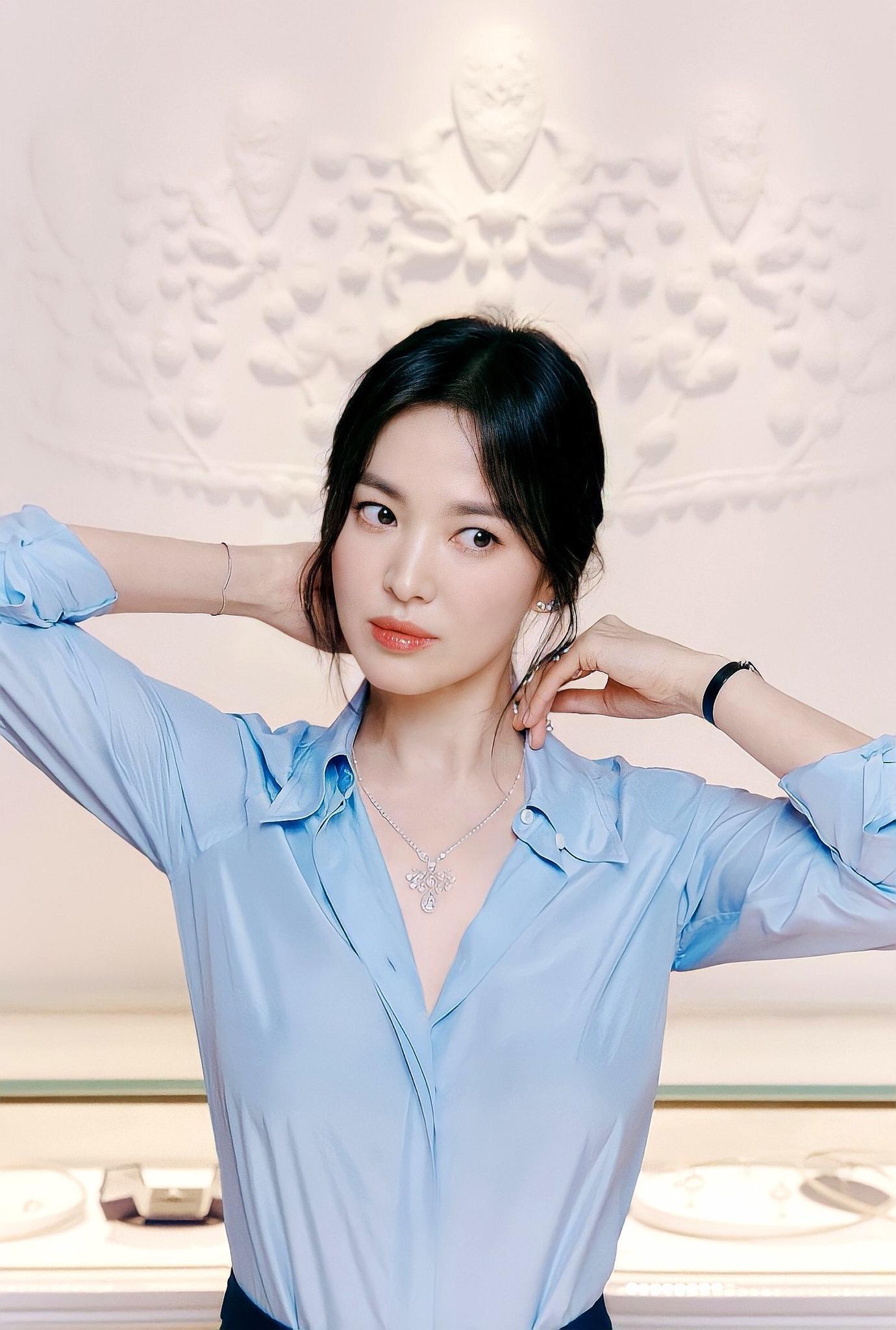 Harpers Bazaar nhận xét Song Hye Kyo mạnh mẽ như một bông hoa dại, vẫn tỏa sáng dù gặp nhiều sóng gió. Ảnh: Chaumet.