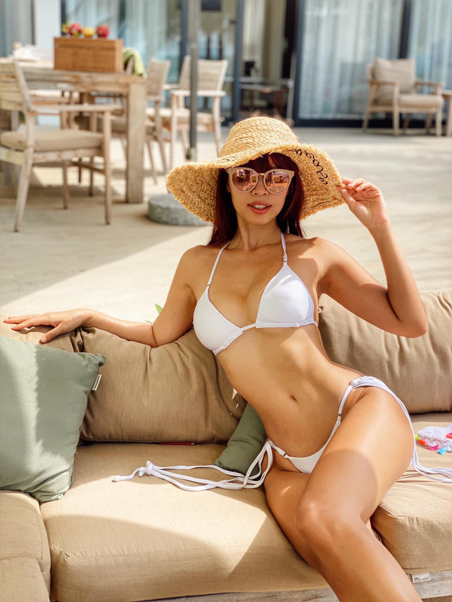 Bikini dây mảnh với phần vải che tiết chế là một trong những xu hướng được nhiều sao Việt lựa chọn hè năm nay. Thiết kế đem lại vẻ gợi cảm tối đa khi khoe phần hông của người mặc.
