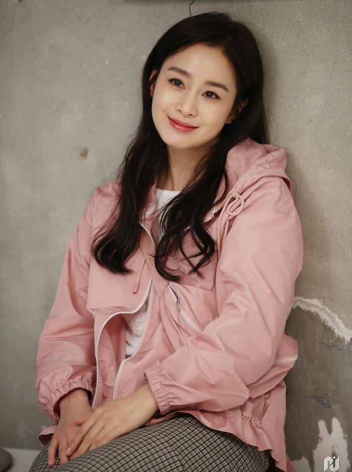 Trang Etoday nhận xét Kim Tae Hee cười tỏa nắng.