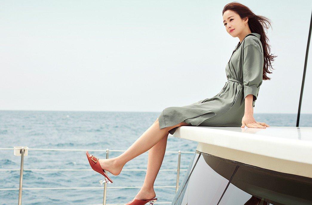 Cô diện các thiết kế thanh lịch như váy dáng sơmi, áo denim phối chân váy công sở.