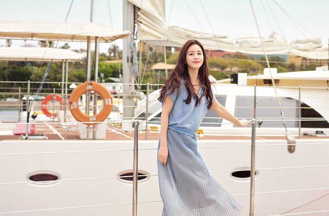Trên fanpage Kim Tae Hee, nhiều khán giả khen cô tươi tắn, thanh thoát qua loạt ảnh ở biển.