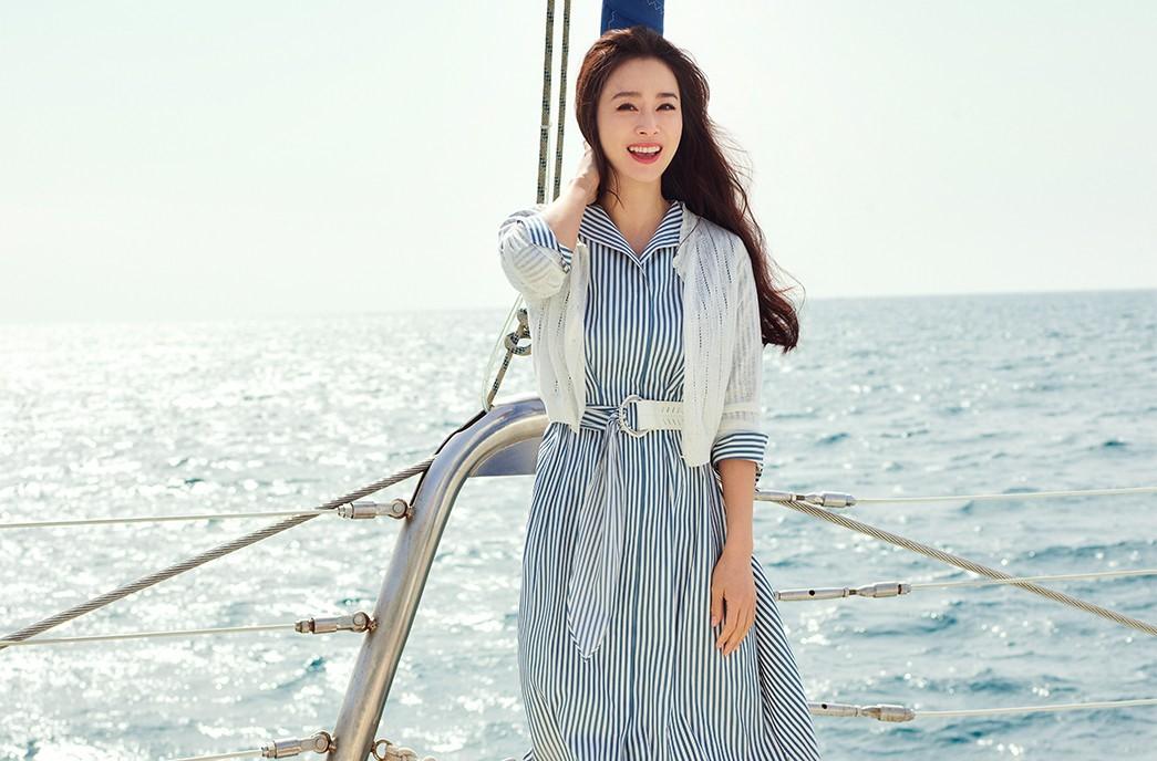 Bà mẹ hai con quảng cáo bộ sưu tập váy áo Hè 2021 của một thương hiệu. Theo Osen, bộ ảnh thực hiện ở đảo Jeju hồi đầu tháng 4.