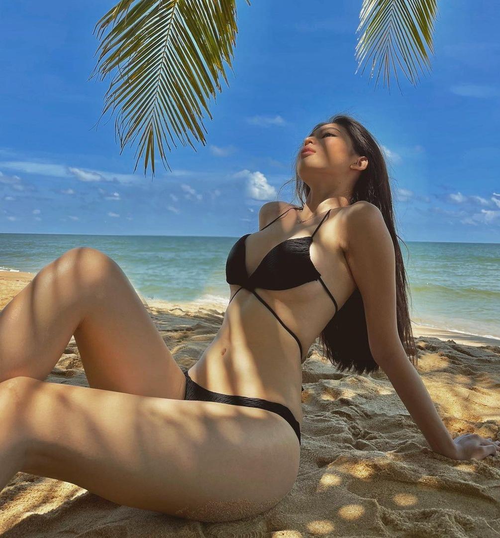 Á hậu Ngọc Thảo khoe đường cong trên bãi biển kỳ nghỉ lễ vừa qua. Ảnh: Instagram Ngọc Thảo.