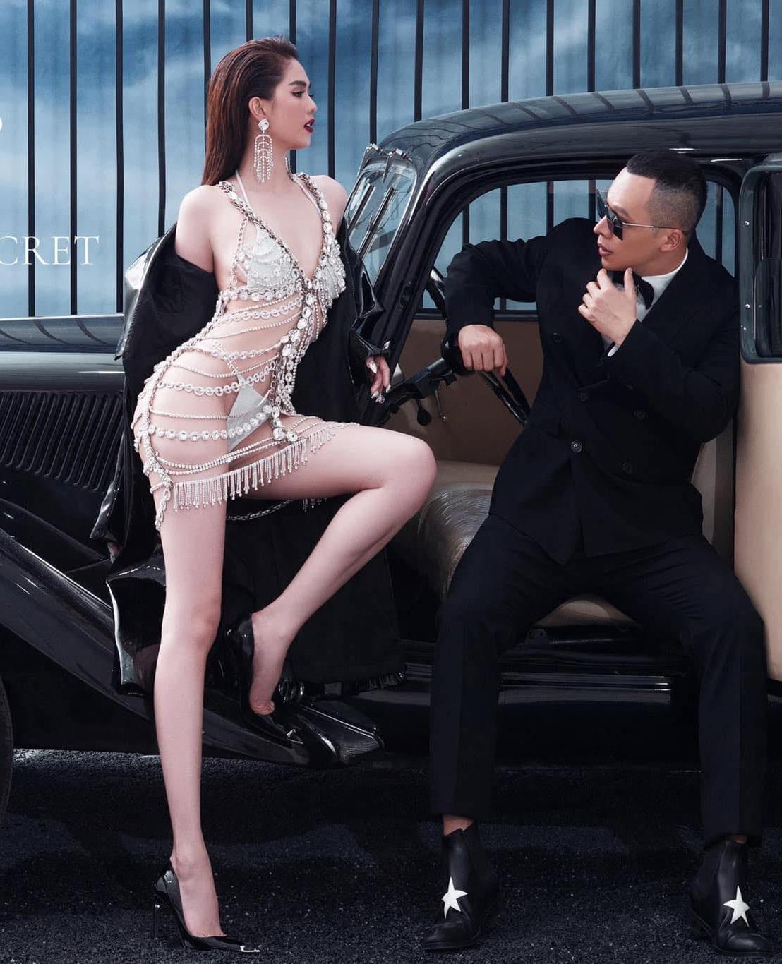 Mới đây, trong bộ ảnh quảng bá cho sự kiện thời trang do Ngọc Trinh và ông bầu Vũ Khắc Tiệp tổ chức, người mẫu nội y cũng chọn bikini mảnh màu trắng, phủ váy lưới bên ngoài. Ảnh: Instagram Ngọc Trinh.