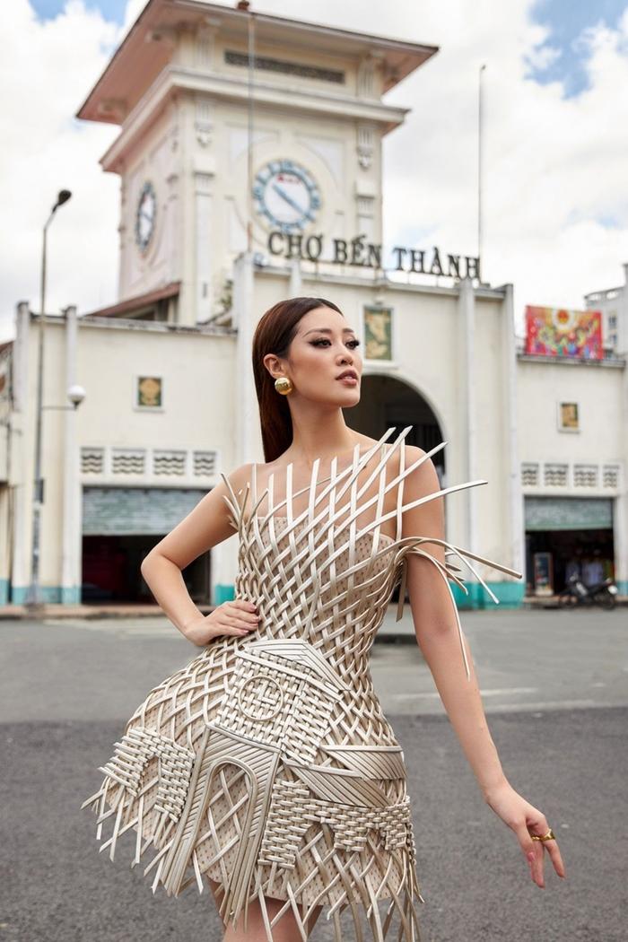 Lấy ý tưởng từ kiến trúc chợ Bến Thành, địa điểm mà bất kỳ du khách nào khi đặt chân đến TP.HCM cũng đều phải ghé qua, NTK Nguyễn Tiến Truyển kết hợp các thủ thuật may khéo léo tinh xảo, tạo nên bộ trang phục đậm chất truyền thống dân tộc, nhưng cũng khoe được vóc dáng và đôi chân thon dài của Hoa hậu Khánh Vân. Với bộ trang phục này, Khánh Vân và ê kíp hy vọng quảng bá văn hoá du lịch Việt Nam, đặc biệt tại Miss Universe là cơ hội tuyệt vời để bạn bè quốc tế biết đến nhiều hơn về Việt Nam.