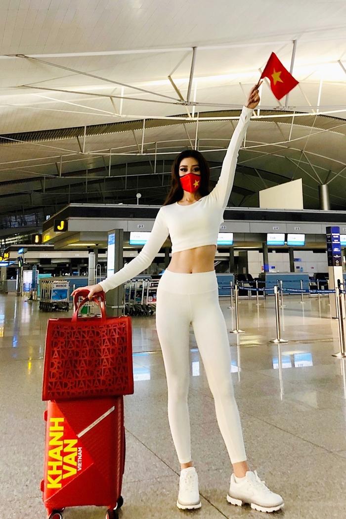 Sau đó, cô thay bộ cánh thể thao bằng chất liệu thun, đi sneakers để thoải mái vận động khi lên máy bay.