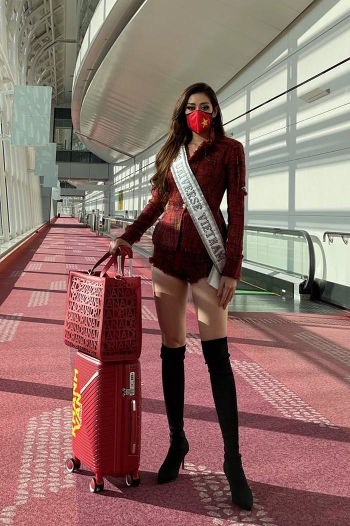 Khi quá cảnh ở Nhật, Khánh Vân biến sân bay thành sàn diễn với bộ suit cách điệu làm từ vải tweed, phối vali và túi xách tông đỏ. Cô tự trang điểm và làm tóc sẵn trên máy bay.