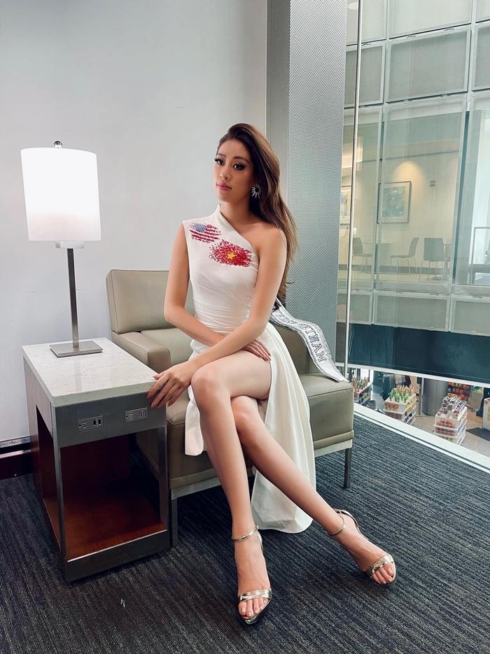 Tại sân bay Houston, Khánh Vân diện mẫu váy xẻ đùi, ôm sát với điểm nhấn là hai lá cờ được vẽ tay, sau đó đính kết thủ công đá, cườm. Cờ Mỹ nằm ở vai, là trọng trách cô đang gánh vác khi đại diện Việt Nam chinh phục Miss Universe 2020. Lá cờ đỏ sao vàng nằm ở gần tim, tượng trưng cho tình yêu của cô dành cho quê hương.